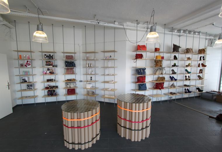 Showroom Mooi PR, wandmeubel, kartonnen tafel met glasplaat