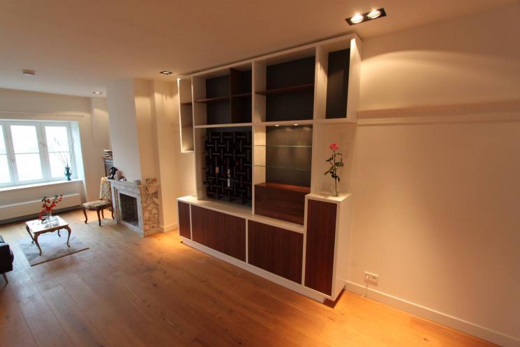 kast tot het plafond,notenhout,wijnrek,kast op maat,drankkast met verlichting,Amsterdam,Beer Hendriks,laden blok notenhout