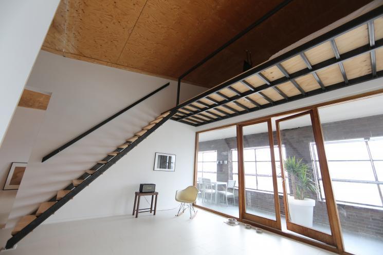 Stalen trappen en vides bekleed met underlayment beer for Stalen trap maken