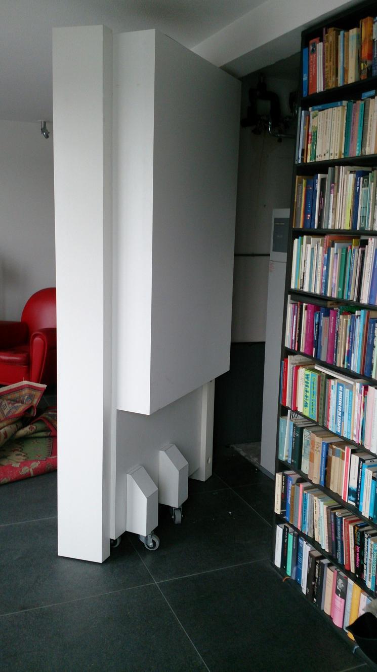 8 meter boekenkast, gerookt Eiken ,massief hout,amsterdam,boekenkast op maat,Boekenwand met kast in het midden die in zijn geheel naar buiten kan scharnieren,scharnierende kast op wielen