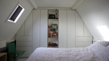 Inbouw Kledingkast, Berken-Multiplex, HPL, push-open lades/deuren, schuin dak
